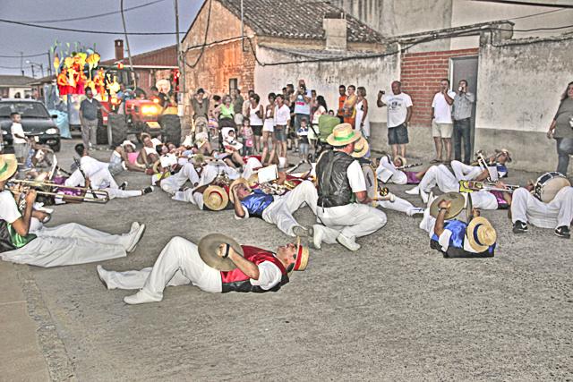Acertijos semanales: El desfile de la banda de música Desfi2012_24